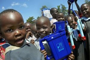 lavera-climate-partner-klimaschutzprojekt-kenia-jungen-mit-wassertank-25216