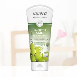 lavera-naturkosmetik-smooth-skin-pflegedusche-vor-badezimmerregal-b2cb8